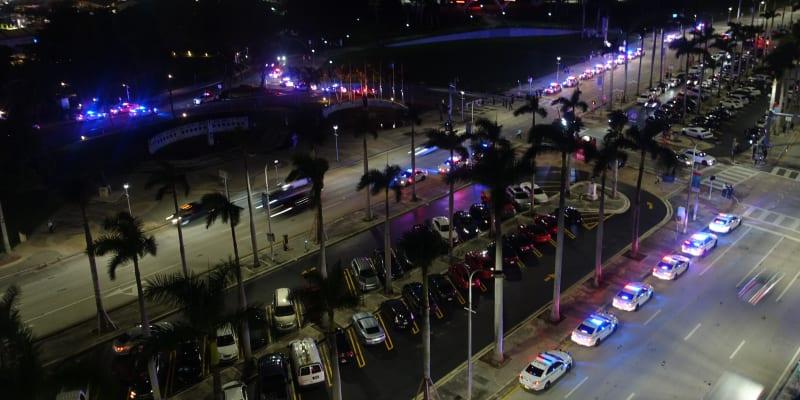 Policejní auta zaparkovaná kolem parku v Miami