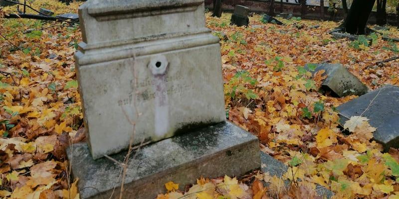 Zdevastovaný hřbitov v Chomýži u Krnova, Dušičky 2020.  Příští rok bude pohřebiště zcela zlikvidováno, radnice v Krnově pietu nectí