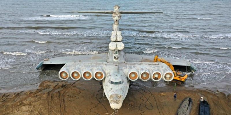 Pohled zepředu Ekranoplanu u ruského města Derbent