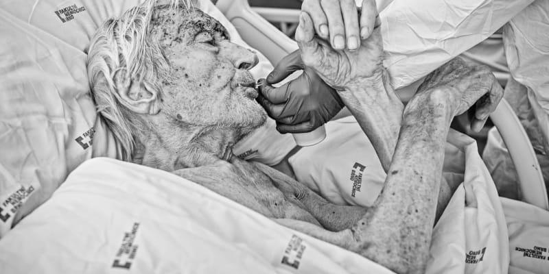 Horečka, kašel, zvýšená dýchavičnost a únava. Potom neskutečné bolesti a neschopnost se nadechnout, popsali pacienti podobné počáteční příznaky onemocnění COVID-19 předtím, než museli být hospitalizováni.