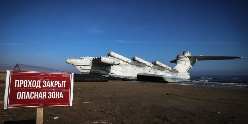 Průchod zakázán. Nebezpečná zóna. U Ekranoplanu neboli kaspické mořské příšery na pláži u ruského města Derbent