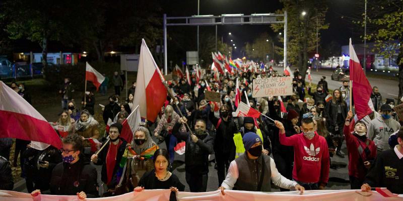 """Wypierdalać! Polské ženy posílají do """"někam"""" vládu, ústavní soud, i církev. A kvůli plánovanému zpřísnění potratového zákona demonstrují každý den. (foto: Twitter.com)"""