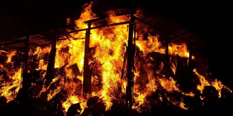 Požár ocelokolny suskladněnou slámou v Panských Mlýnech.