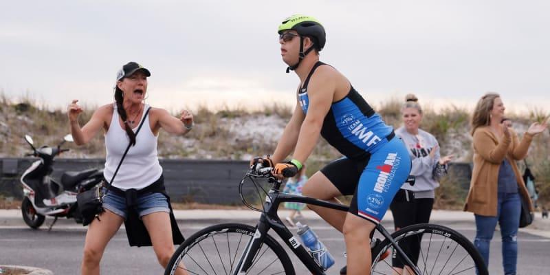Že povzbuzuje Chrise Nikice při 180 kilometrovém závodě na kole.