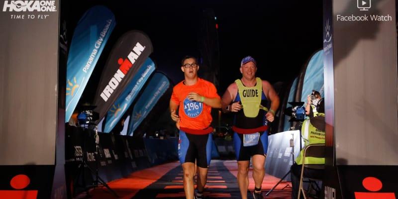 Cíl. Chris Niki jako první člověk s Downovým syndromem dokončil Ironmana. Dopomohl mu k tomu trasér Daniel Grieb.