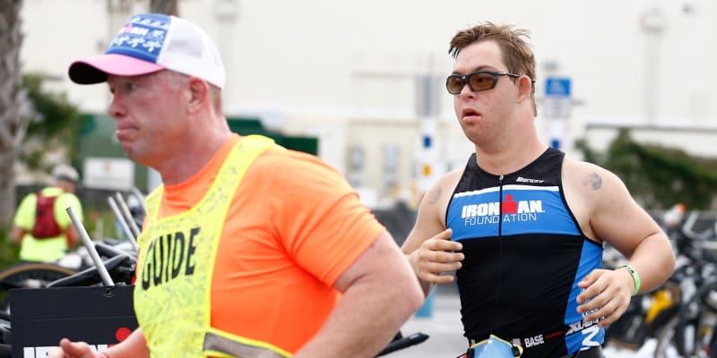 Chris Nikic a Daniel Grieb (vlevo) při maratonském běhu Ironmana na Floridě.