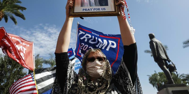 Trumpovi příznivci protestují proti zvolení Joea Bidena ve Phoenixu.