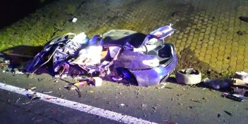 Osobní auto na dálnici D8 narazilo do mostu, zemřeli dva muži foto: Twitter HZS Ústeckého kraje)