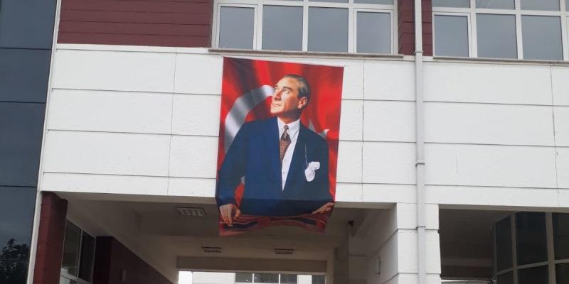 Mnohé Kemalovy portréty připomínají spíše ty budovatelské.
