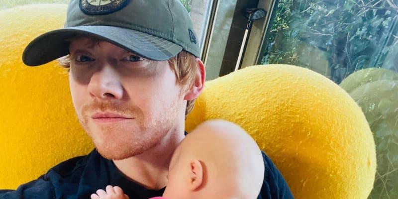 Ron Weasley z Harryho Pottera si založil Instagram a pochlubil se dcerou.