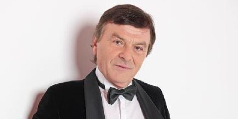 Na sedmdesát Pavel Trávníček rozhodně nevypadá.
