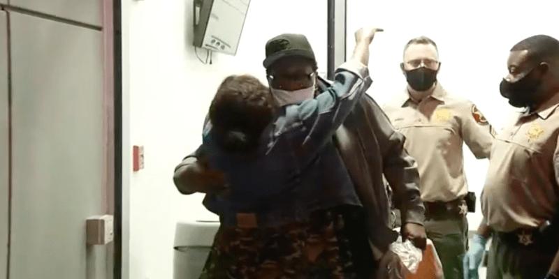 V úterý v noci byl propuštěn, před věznicí na něj čekali členové rodiny.