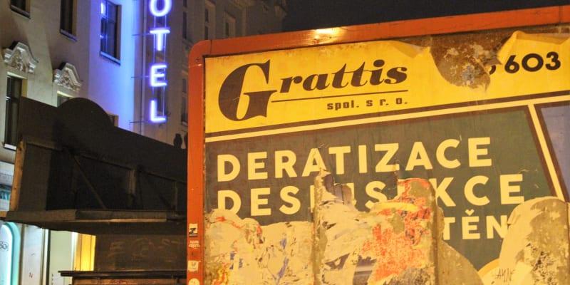 Paradoxy doby. Stodolní ulice v době zákazu nočního vycházení.  V pátek po desáté hodině večer.