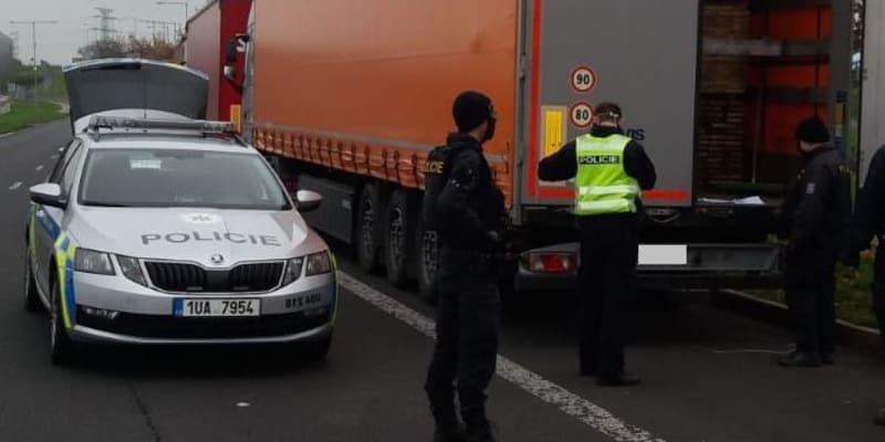 Hlídka cizinecké policie zjistila, že v kamionu bylo ukryto celkem osm Afghánců bez cestovních či osobních dokladů.