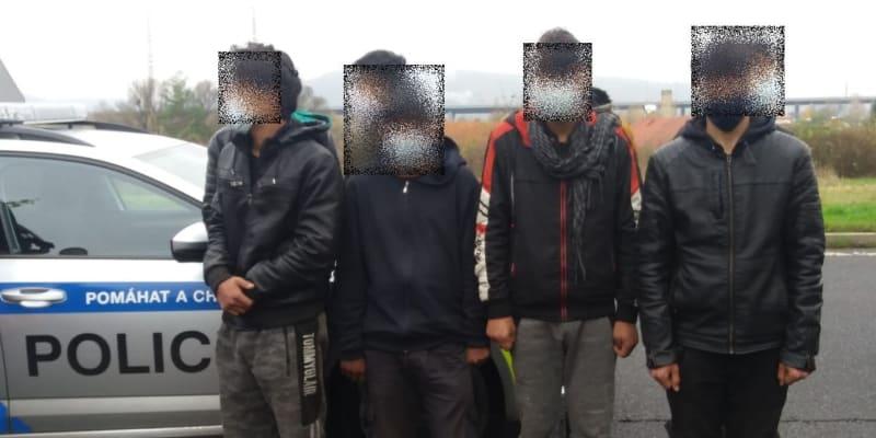 Skupinu cizinců objevil ve svém kamionu řidič, který při cestě ze Srbska zastavil v Ústí nad Labem.