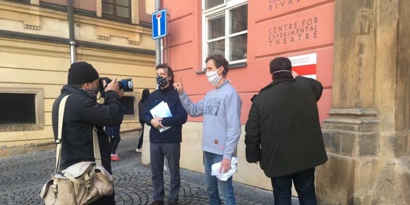 V Divadle Husa na provázku v Brně vznikla improvizovaná běloruská ambasáda, která bude rozesílat dopisy českých osobností vězňům Lukašenkova režimu.