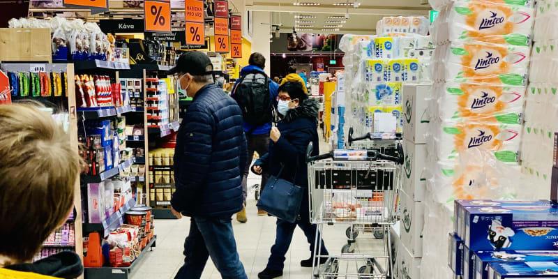 Uvnitř nakupování probíhá jako v kterýkoli jiný den. Zatím. Kaufland Teplice.
