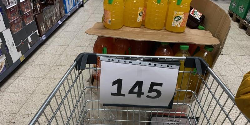 Do obchodu lze pouze s vozíkem, který má číslo. Kaufland Teplice.