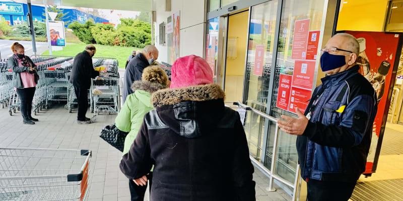 Do Kauflandu v Teplicích lze vstoupit jen s nákupním vozíkem.
