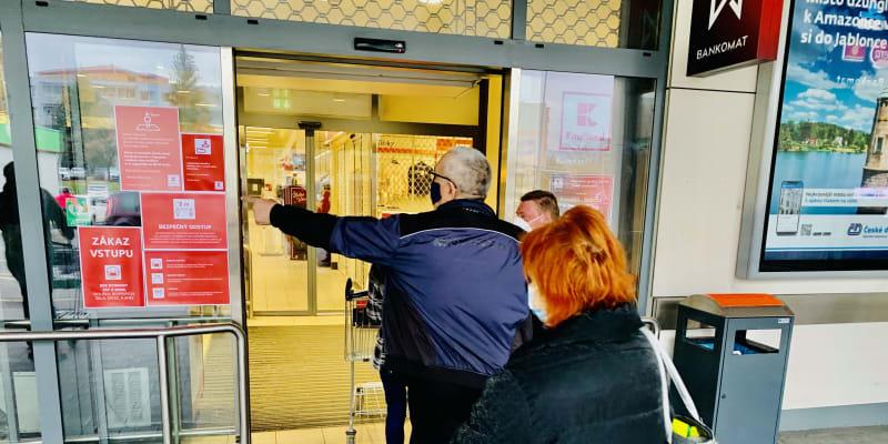 Ochranka před teplickým Kauflandem pečlivě hlídá, koho do areálu obchodu vpustí.