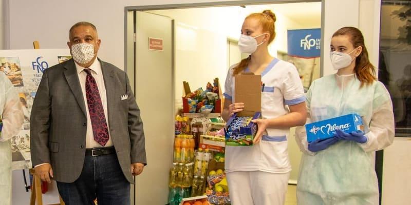 Olašský princ a předseda Unie olašských Romů Josef Stojka tento týden předal dar Fakultní nemocnici v Ostravě. Za záchranu příbuzného.
