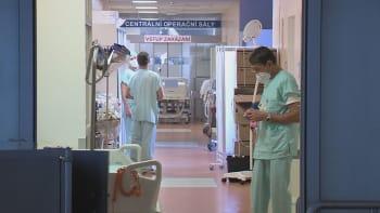 Pacienti liberecké nemocnice čekají v sanitkách, zdravotníci pracují i ve volnu