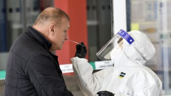 Sledujte ŽIVĚ Hlavní zprávy: Zástupy pendlerů na hranicích. Pro Německo jsme riziko