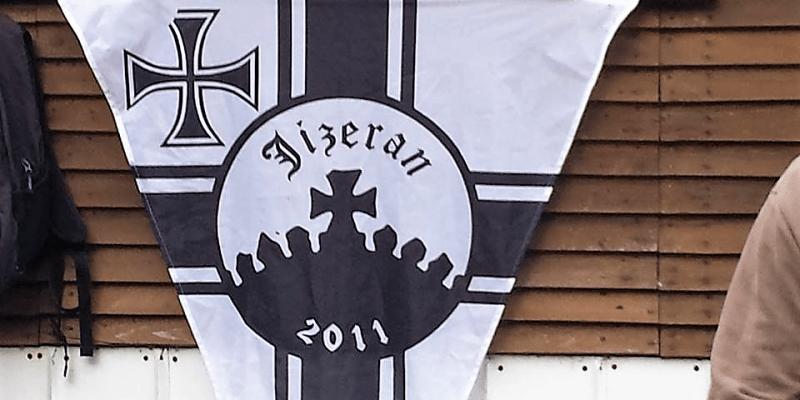 Vlajka spolku Jizeran, který nacistický kříž na Štěpánce obnovil. Vlajka vychází ze symboliky Německého císařství i třetí říše.