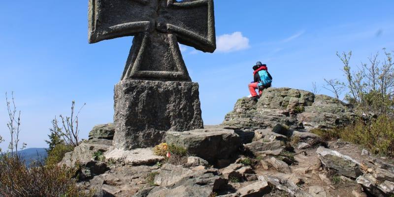 Nacistický pomník ve tvaru vyznamenání Železného kříže na Štěpánce na pomezí Krkonoš a Jizerských hor. Hákový kříž ve středu kříže je odsekán.