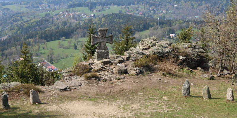 Nacistický pomník ve tvaru vyznamenání Železného kříže na Štěpánce