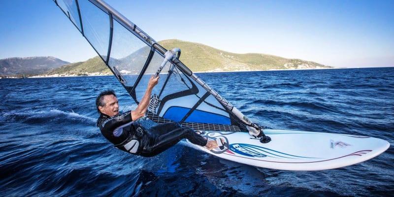 Surfování patří mezi jeho velké koníčky.