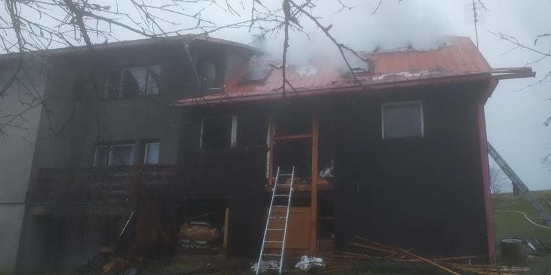 Ke dvěma požárům rekreačních objektů na Jablunkovsku (okres Frýdek-Místek) vyjely během sedmi hodin jednotky profesionálních (HZS MSK) a dobrovolných hasičů. (foto: HZS MSK)