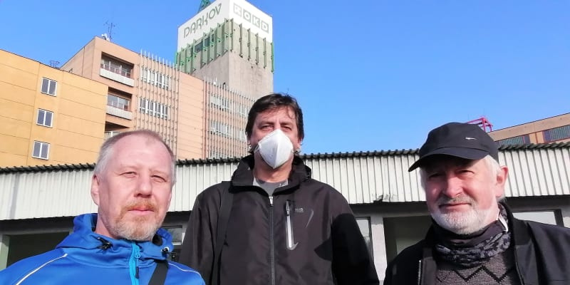 Parta havířů z Dolu Darkov, která má 800 metrů pod zemí na starost dopravu. Uprostřed Tomáš Motl (na šachtě dělá 29 let), vlevo Jaroslav Dlouhý (na dole pracuje 34 let).