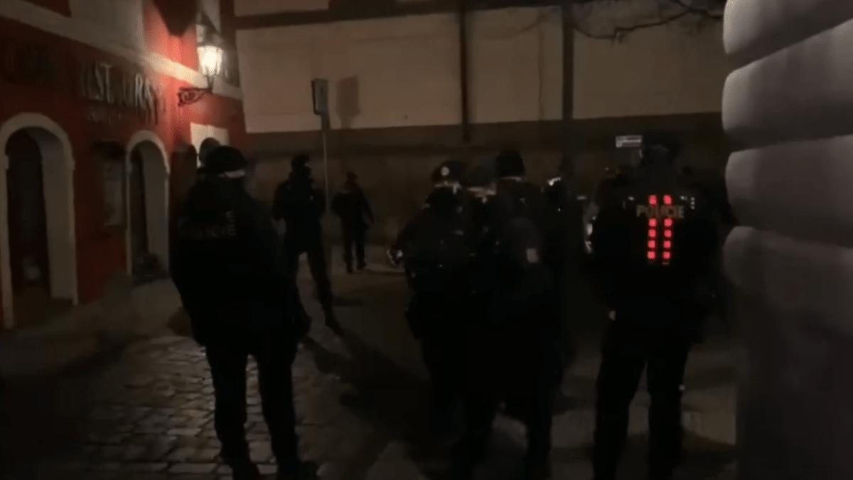 Zátah na nelegální bar v centru Prahy: Policisté se dovnitř dostali pomocí beranidla