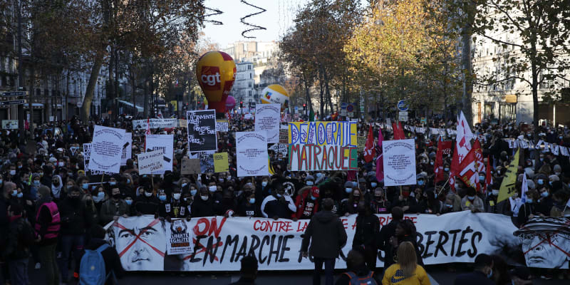 Demonstranti pochodují Paříží během protestu proti zákonu o bezpečnosti.