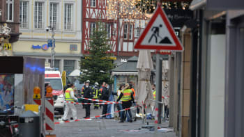 Při útoku v Německu zemřelo pět lidí včetně dítěte. Auto najelo do davu na pěší zóně