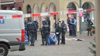 Z kočárku vylétlo dítě, na zemi zůstaly boty. Svědci popsali hrůzný útok v Německu