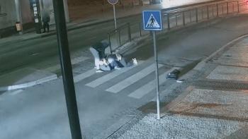 Tři mladíci zbili muže v centru Prahy do bezvědomí. Odcizili mu věci za 40 tisíc