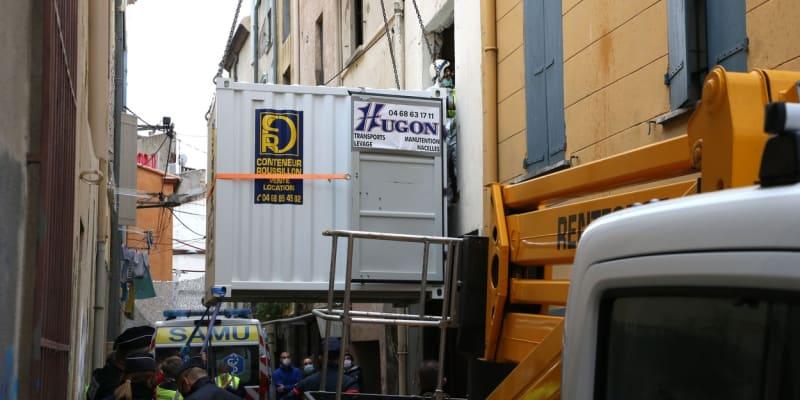 Speciální tým Francouze naložil do kontejneru.