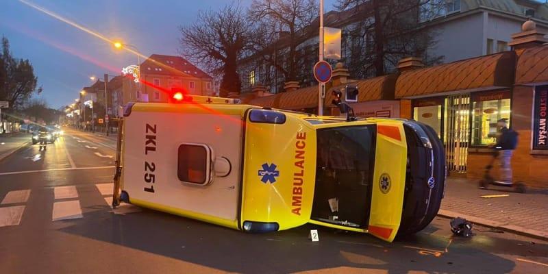 Při nehodě utrpěla lehké zranění záchranářka.