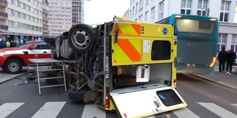 Před mladoboleslavskou nemocnicí havaroval sanitní vůz.