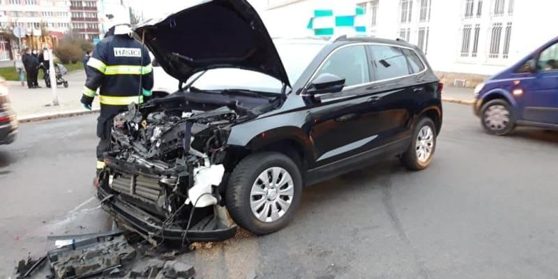 Sanitka se srazila s osobním autem.