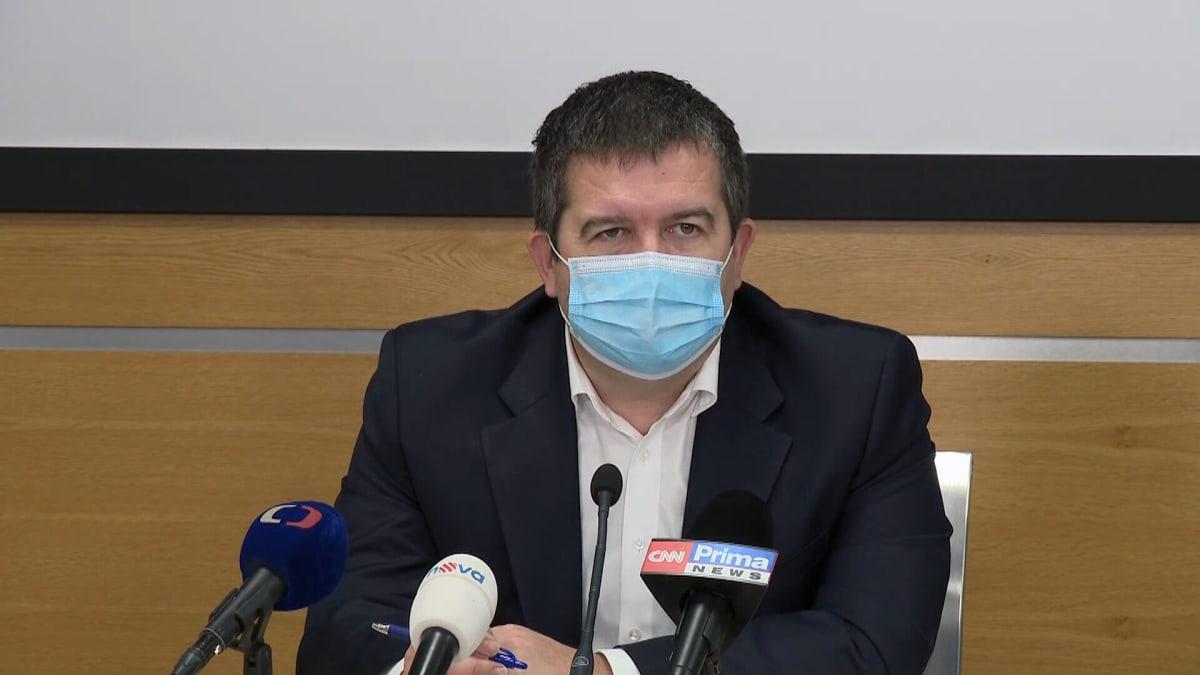 Medikům se pracovní povinnost zatím nezruší, nemocnice by to nezvládly, říká Hamáček