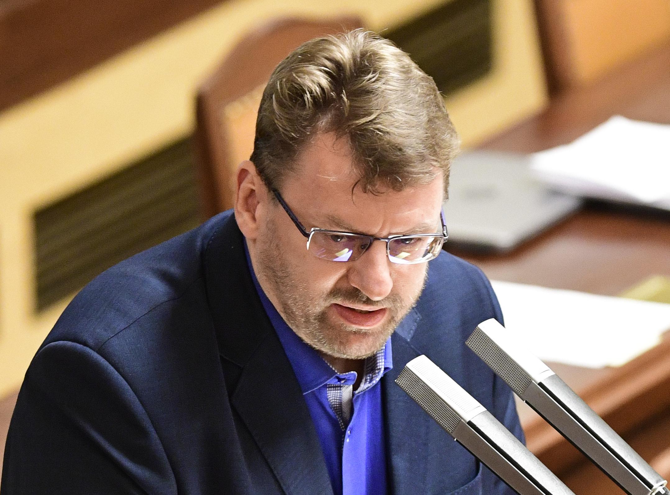 Nezařazený poslanec Lubomír Volný zastává názor, že nošení roušek a respirátorů při nákaze covidem zhoršuje lidské zdraví.