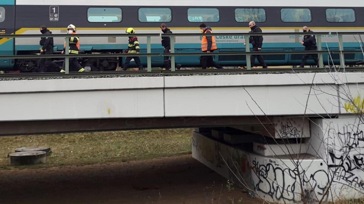 Jedenáctiletou dívku zabil vlak, její o rok mladší bratr nehodě přihlížel