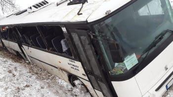 Deset zraněných dětí, patnáct dospělých. U Puklice na Jihlavsku havaroval autobus