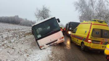 Pod autobusem na Jihlavsku se utrhla krajnice, vezl školáky. Tři těžce zranění