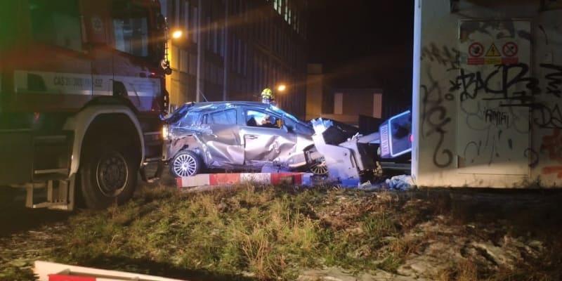 Osobní auto se srazilo s vlakem na železničním přejezdu v Proboštově.