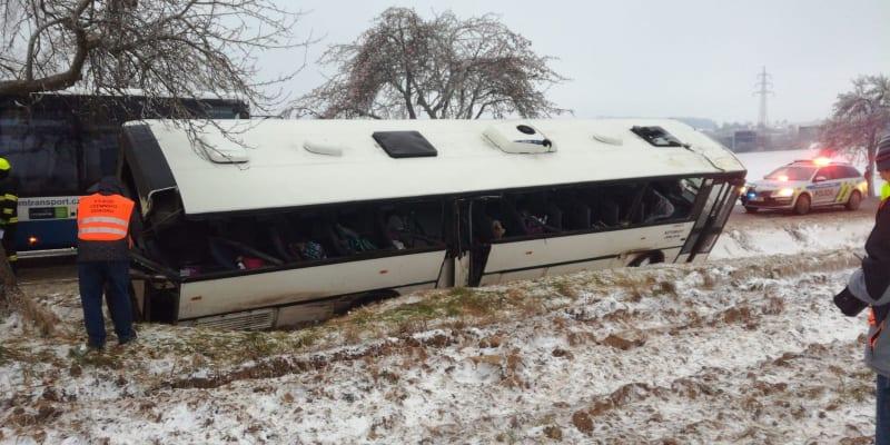 Autobus vezl děti z nedaleké puklické školy.