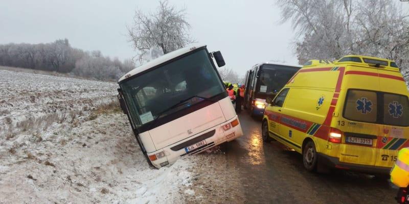 Autobus na Jihlavsku havaroval v pátek odpoledne.
